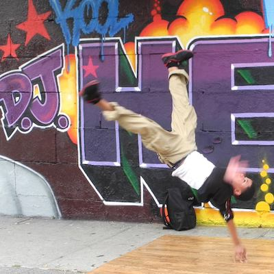 Breakdancer en un tour de contrastes en el Bronx