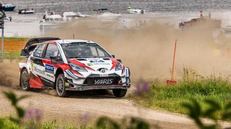 Toyota Yaris WRC Эсапекки Лаппи и Янне Ферма объезжает бетонный блок в 2018 году