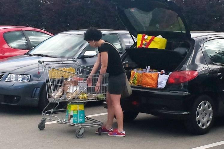 frau-räumt-einkäufe-in-das-auto