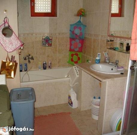 Ez egy családi ház fürdőszobája. A területe több mint 3 nm. Ezért sok bútor van benne. Zsúfoltsági szint: maximális. Pakolási idő: 1 óra