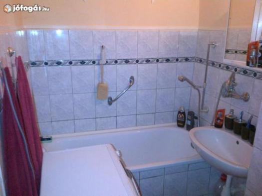Tégla lakás fürdőszobája. Kb. 3 nm a területe. Zsúfoltsági szint: alacsony Pakolási idő: 30 perc
