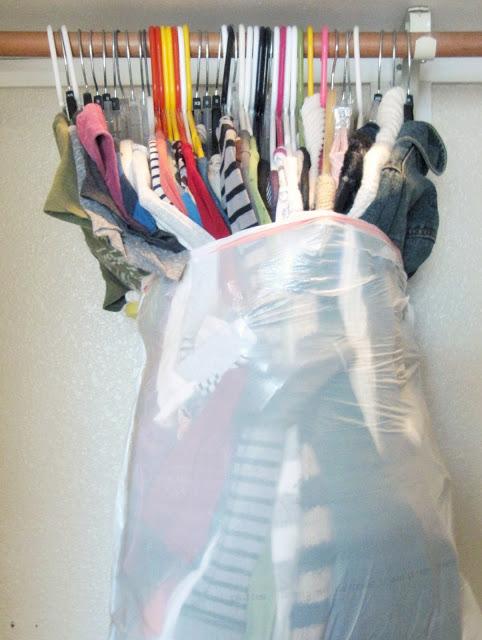 klasszikus szemetes zsákba pakold a ruhát