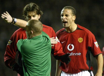 MANCHESTER UNITED'S FERDINAND AND VAN NISTELROOY ARGUE WITH THE REFEREE DURING THEIR ENGLISH PREMIER ...