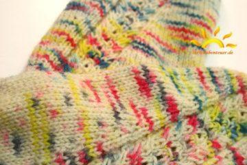 gestrickte Socken Hebemaschenzöpfe Kaffebohnenmuster handegefärbte Wolle Strickabenteuer.de