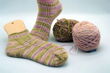 gestrickte Socken nach dem Strickmuster Skyppy Stripes von strickabenteuer.de