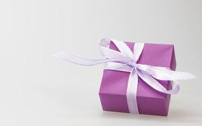 Geschenkideen für Strickbegeisterte: Strickzubehör, Bücher, Projektbeutel und Gutscheine
