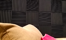 無響室・防音室などの壁に貼る吸音材の加工例