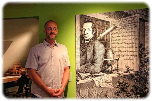 Museumsdirektor Peter Neukirch neben einem Bildnis des Bauernastronomen Johann George Palitzsch. Foto: Heiko Weckbrodt