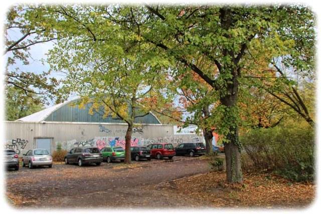 Das Areal zwischen der Hochschul-Sporthalle und dem Spielplatz an der teuteburgstraße in Striesen soll auch für Kinder und Jugendliche umgebaut werden. Foto: Heiko Weckbrodt