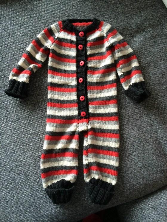 Heldragt i uld til baby (Foto:  Strikker.dk)