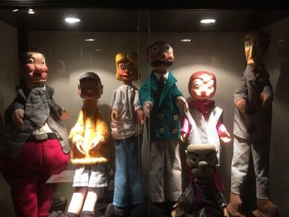 De poppenkastpoppen, thuis bij Merho in de vitrine.