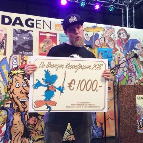 Jan Willem Spakman met zijn prijs, een cheque van 1000 euro.