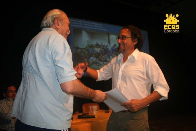 Ávila Vásquez entrega el informe al intendente de Monte Maíz, Luis Trotte.