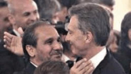 Caputo abrazando a Macri en su asunción como presidente.