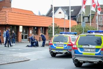 2016-04-03 18:24, Bråk, Tomelilla Bråk, Torget. Polis skickas till Torget i Tomelilla efter larm om bråk med 20-30 ungdomar inblandade. Initialt uppges en del personer lämnat platsen. Polis är nu på plats, det är en del personer kvar på platsen men läget har lugnat sig något. Ambulans beställs efter att någon uppges ha fått ett slag mot huvudet. En person förs med ambulans till sjukhus med rygg och nacksmärtor