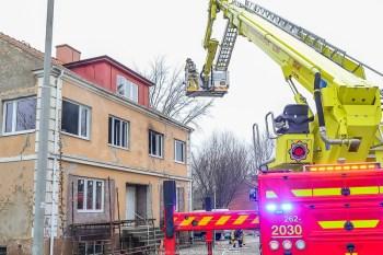 20160305,Löderup,brand misstänkt mordbrand,fyra män greps i tisdags 160426 och anhölls samma dag. De misstänks ha kommit till fyrbarnsfamiljens trevåningshus på Storgatan i Löderup lördagen den 5 mars i år. Alla häktade i Ystad tingsrätt.