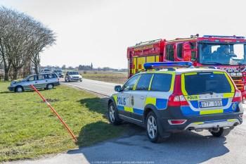 Två personbilar kolliderar på väg 11, i höjd med Gärsnäs. Enligt uppgift har en av bilarna avvikit från platsen efter olyckan. Det är inledningsvis okänt om någon person skadats i samband med händelsen. Uppdatering: Båda fordonen finns på platsen och det rör sig inte om en smitning. Med anledning av olyckan är vägen stängd för trafik. Vid klockan 11.00 är vägen åter öppen för trafik. En person förs till sjukhus med oklara skador. Enligt uppgift rör det sig om en påkörning bakifrån.