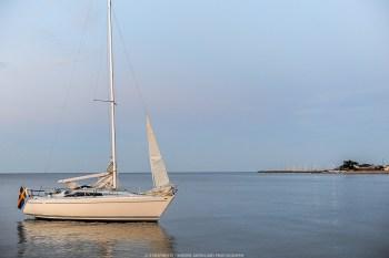 En båt med påslagen motor och satta segel har drivit i land utanför Simrishamn. 2 Helikoptrar,3 båtar och ett kustbevakningens spaningsplan genomför just nu en sökinsats efter eventuella människor i vattnet pågår. – Motorn var i gång så något har ju uppenbarligen hänt, 2 helikoptrar och ett sjöflygplan plus 3 st båtar letar efter försvunna personer