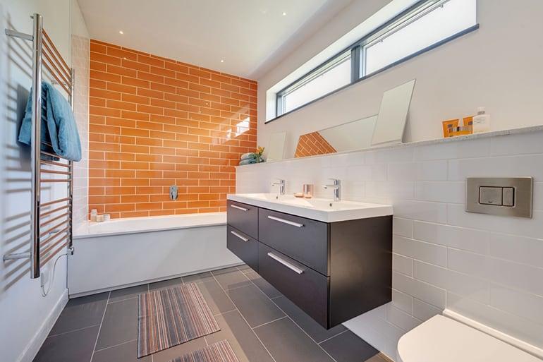 Интерьер ванной комнаты в оранжевых тонах