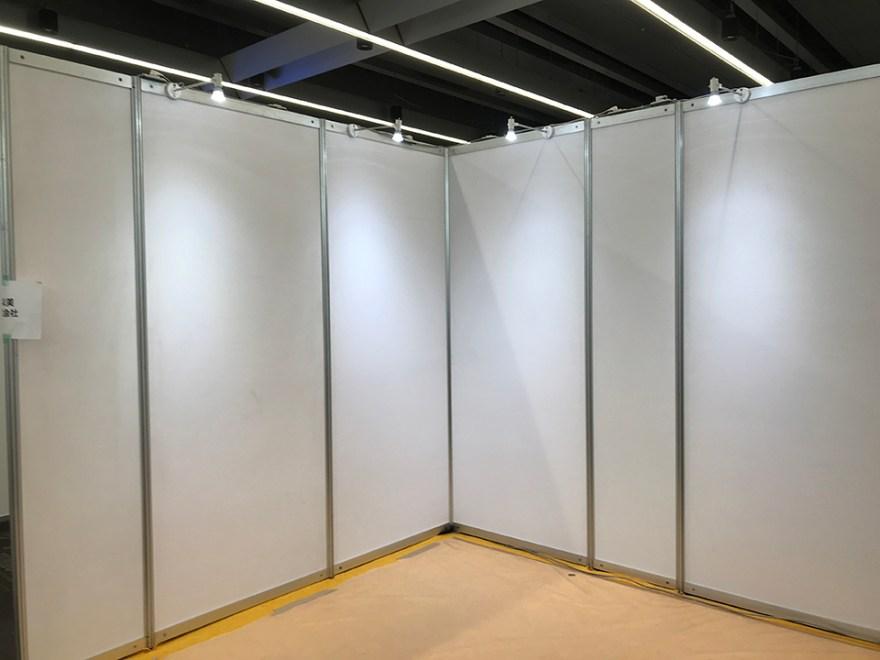 開場に到着すると真っ白な壁のブースが