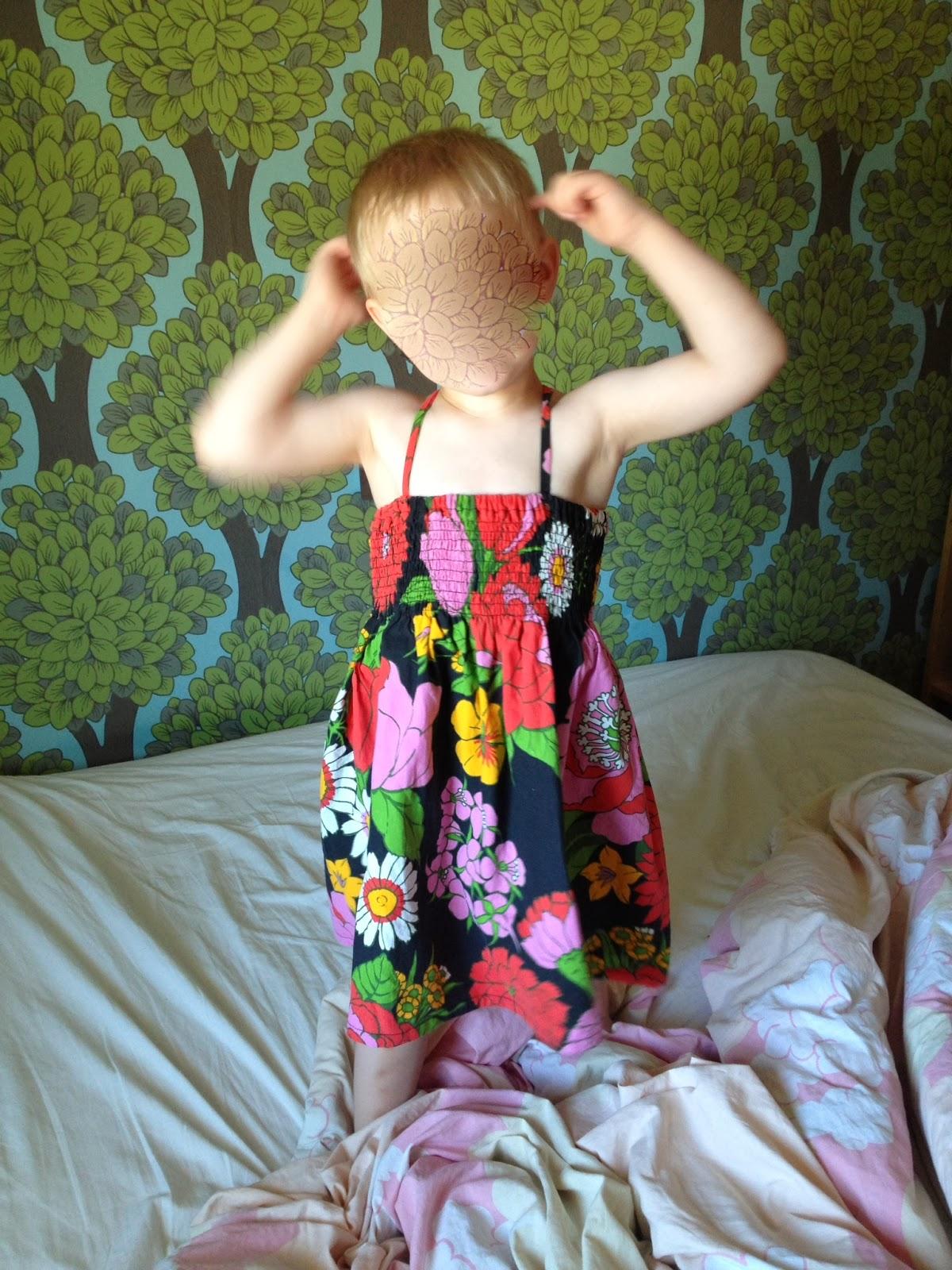 def9c04663f Sonen önskade sig en klänning till midsommar och han valde tyg själv. Det  är ett härligt tyg från ett fd påslakan som jag smockade i överkant och så  sydde ...
