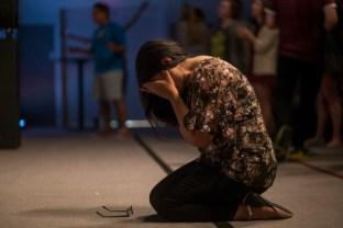 woman-praying-knees