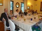 Alunos e professores aproveitam para o jantar para um bate papo.