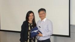 (12/11) Aluna Lasnine entregando presente ao Prof. Dr. Gilbert Cheung - Human Equation in China