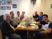 (11/11) O grupo toma café da manhã junto antes do primeiro dia de aula.