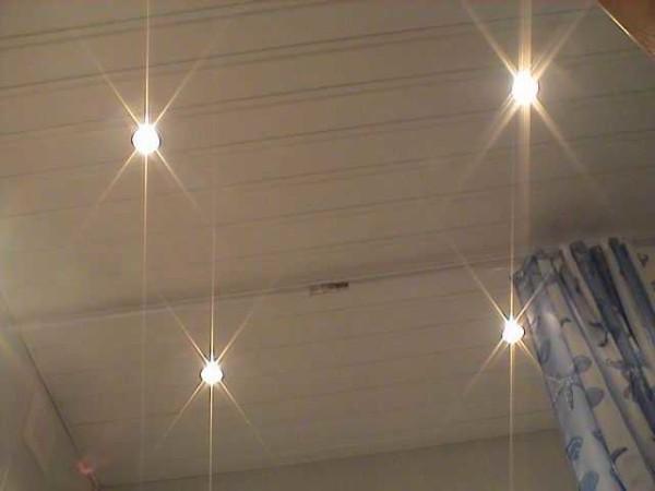 Осы түрдегі шамдар 12 В қажет болғандықтан, электр қауіпсіздігі талаптары төменде көрсетілген. Негізінде, кез-келген дизайн қолайлы. Құрылғынан кейін қалқаннан қуаттандырылған, содан кейін трансформаторға және одан лампалардан. Бір трансформатордан 4 шамға дейін қуата аласыз, бірақ оларға арналған нұсқаулықтардың шегі бар: сымның шамының максималды ұзындығы 2 метрден аспауы керек. Шамдар қалыпты және 2,5-2,7 метр қашықтықта жұмыс істейді. Кернеудің үлкен тамшысы бар, қазірдің өзінде айтарлықтай және жарқыл әлсіз.