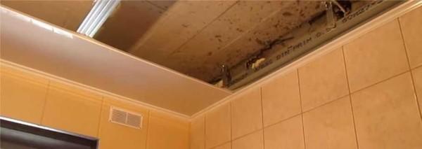 Installazione della prima striscia di pannelli di plastica sul soffitto