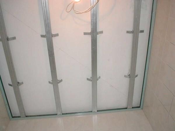 Ready cadru sub plafonul de suspensie al panourilor din plastic