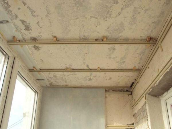 Per non abbassare il soffitto, lo spazio può essere ridotto al minimo