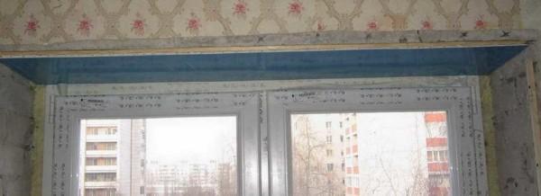 Закрепленная верхняя пластиковая панель на оконном откосе