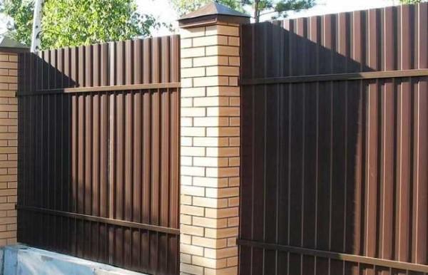 Jedná se o výhled z nádvoří na plotě s bilaterální zbarvením