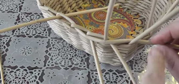 Me muodostamme paperiputkien koreiden reunan