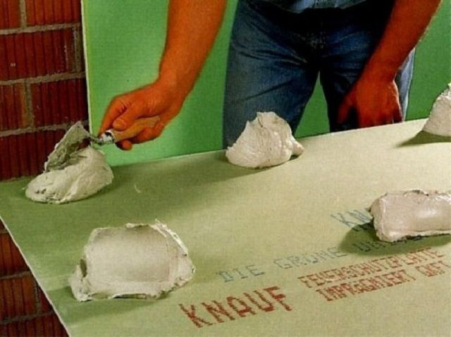 Application de colle sur plâtre