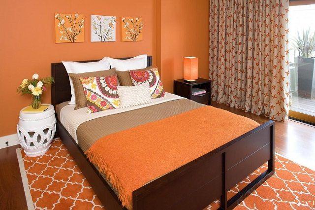 Oranje kleur in pure vorm voor de slaapkamer zal te 'actief' zijn
