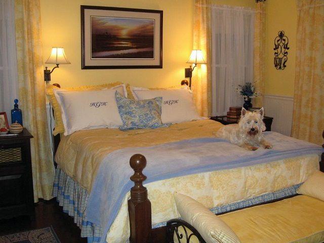 Zachte warme tonen kunnen een persoon een gevoel van speciale huisbeveiliging veroorzaken, wat erg belangrijk is voor een gezonde slaap