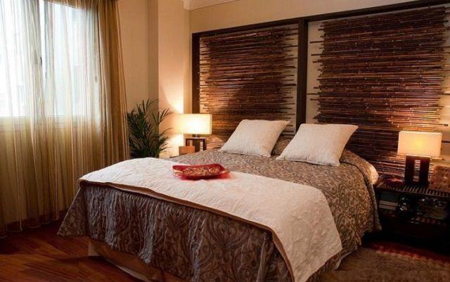 Voor etnische stijlontwerp is het het beste om behang te gebruiken van natuurlijke materialen of hun betrouwbare imitatie