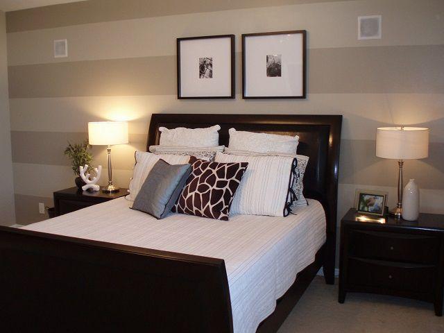 Horizontale stroken op behang dragen bij aan visuele uitbreiding van de kamer