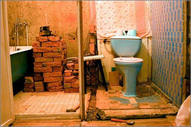 Nedrivningspartition for at skabe et kombineret badeværelse