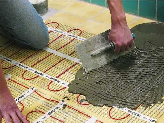 Dimungkinkan untuk memasang lantai hangat ke lapisan keramik lama, tanpa menggunakan pembongkarannya