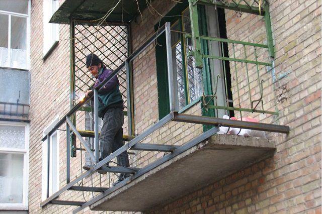 Болашақ балконның ауданын кеңейте отырып, металл жақтау дизайны