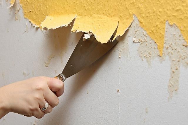 पेंट, पुराने वॉलपेपर - यह सब प्लास्टर की परत को दीवार पर आवश्यक आसंजन तक पहुंचने से रोक देगा। बिना फेल हुए हटा दिया गया।
