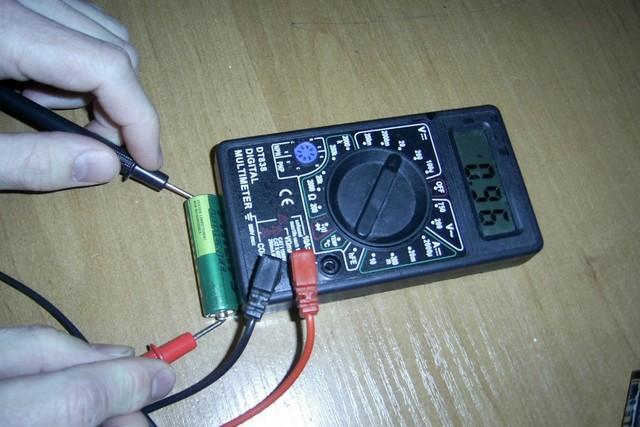Для этой батарейки все проверки уже закончены замером напряжения – с таким показателем ее ждет только утилизация