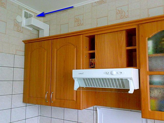 Speciális szellőztető rács, amely lehetővé teszi a konyhai motorháztetőből származó légcsatornát.