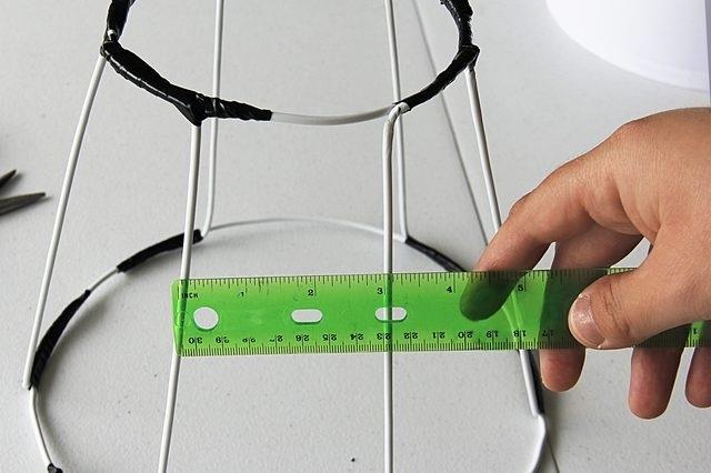 프레임은 두꺼운 와이어에서 조립되며, 화합물은 히트로 만들어졌으며 테이프로 테이퍼 진합니다.