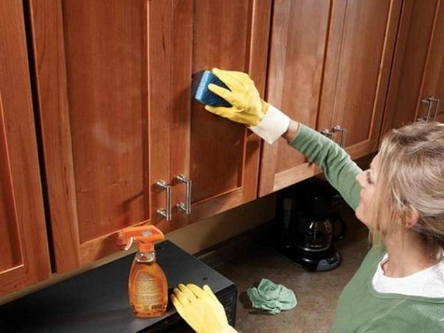 Нагретая губка и апельсиновое масло способны вернуть деревянным поверхностям яркость и свежесть.