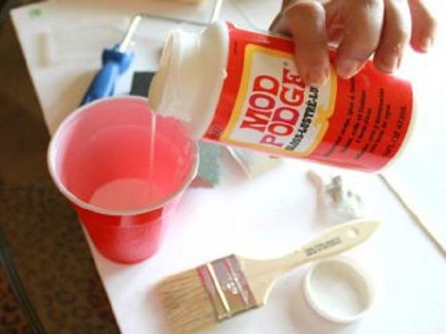 Подготовка клеевого состава для фиксации обойного полотна.
